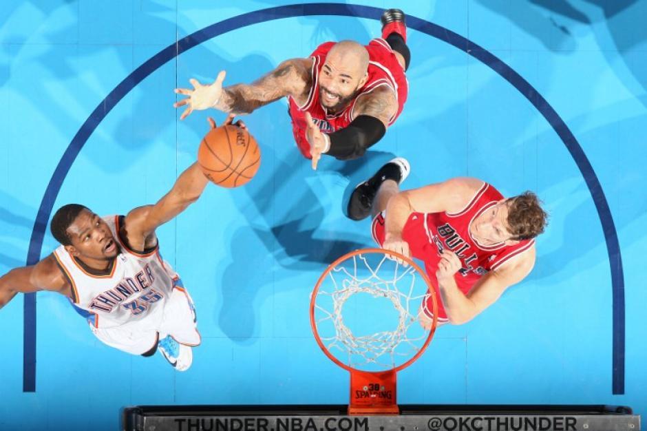 Kevin Durant de los Thunder de Oklahoma anota en el triunfo de su equipo ante Oklahoma
