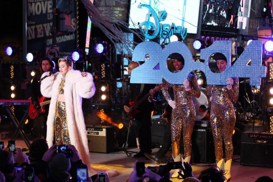 Miley Cirus se presentó a la media noche en la celebración del Times Square en Nueva York. (Foto: Neilson Barnard/AFP)