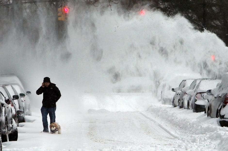 Una ventisca de nieve se levanta en la ciudad de Nueva York, donde este viernes cayeron 4 pulgadas de nieve sobre la ciudad. Foto AFP