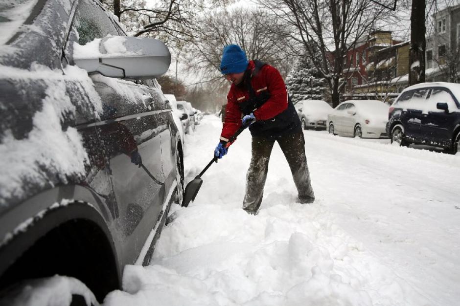 Fueron 8 pulgadas de nieve las que han caído en las últimas horas. Eso obligó al cierre de escuelas y del aeropuerto de la ciudad. Foto AFP
