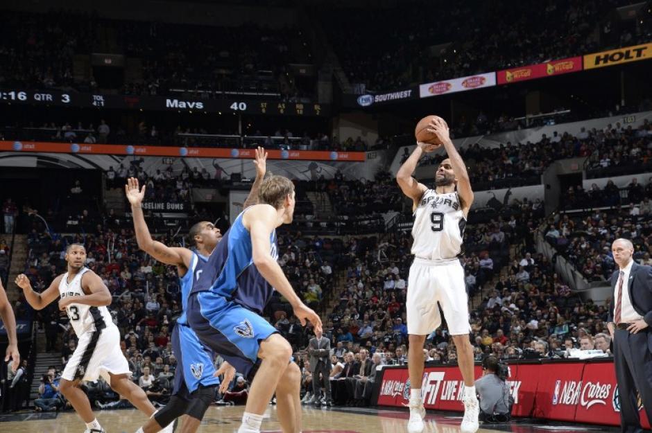 Tony Parker de los Spurs de San Antonio dispara ante la defensa de los Mavericks