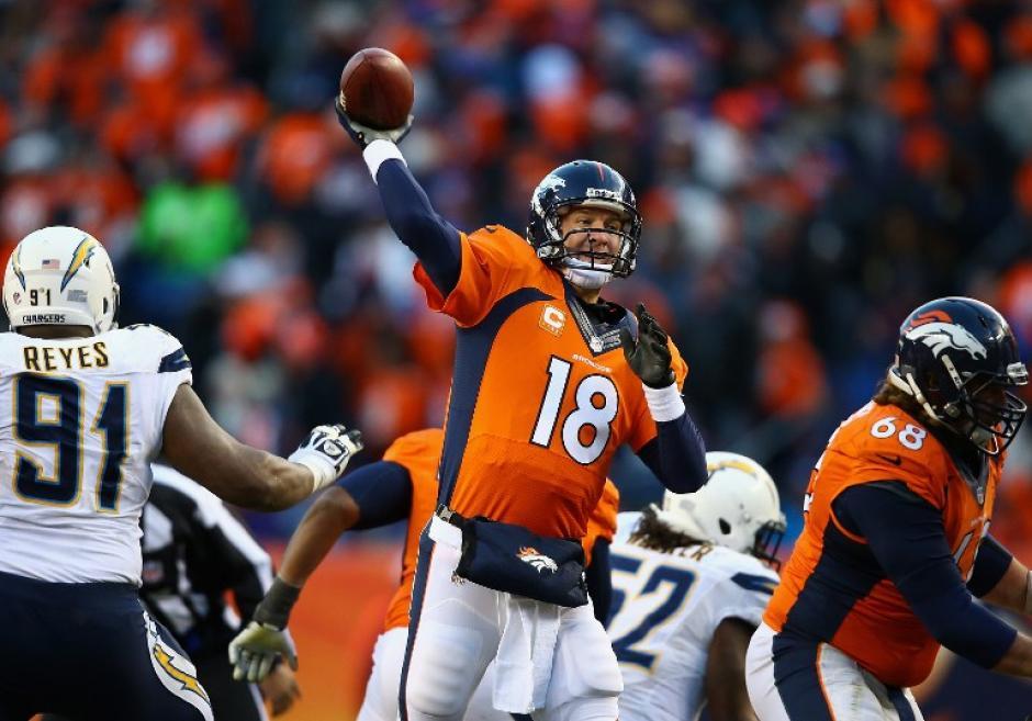 El mariscal de los Broncos, Peyton Manning, realiza un pase en el juego en el cual derrotaron a los Chargers de San Diego