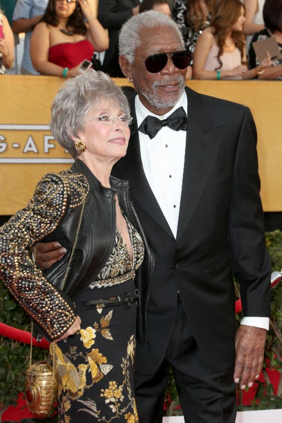 Los emblemáticos Morgan Freeman y Rita Moreno posan para los fotógrafos en la alfombra roja. (AFP)