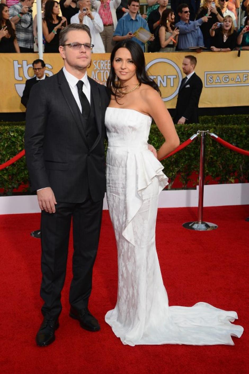 Matt Demon junto a su esposa Luciana en la alfombra roja. El actor está nominado por su papel en la serie televisiva biográfica de Liberace. (AFP)