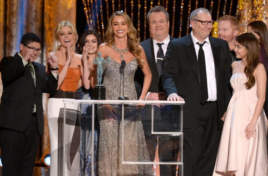 """El equipo de """"Modern Family"""" ganó el premio de mejor reparto en una serie cómica de televisión. (AFP)"""