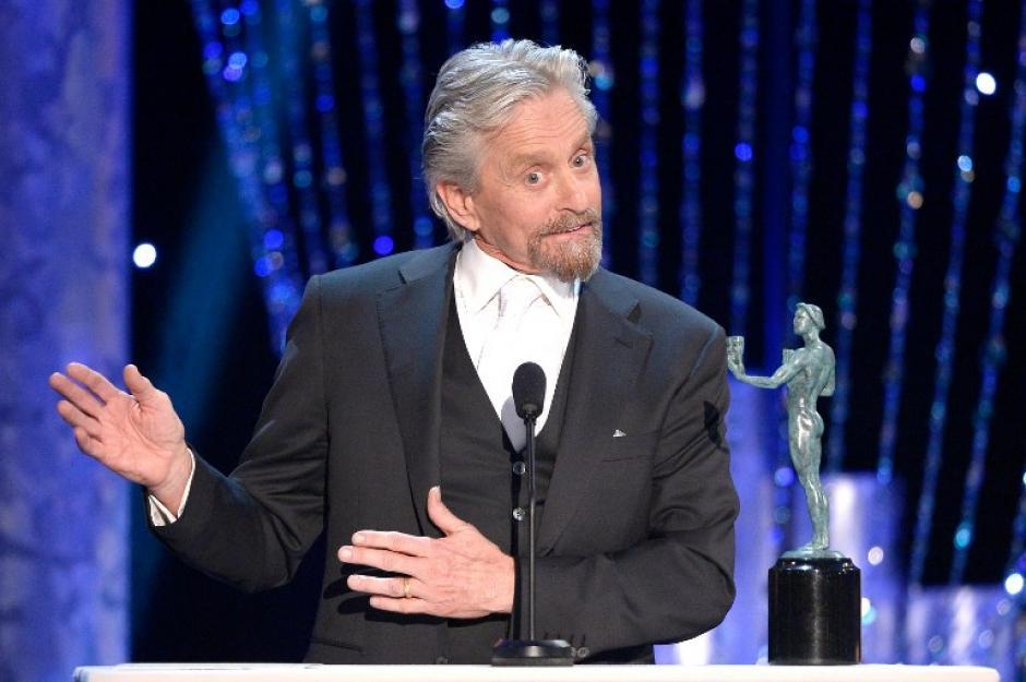 Michael Douglas recordó a su padre Kirk Douglas, al recibir su premio como mejor actor en una película para televisión o miniserie. (AFP)