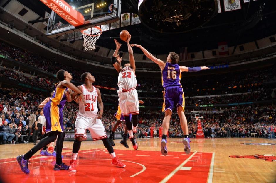 Taj Gibson al momento de anotar la canasta de la victoria en el juego entre los Chicago Bulls y Los Ángeles Lakers