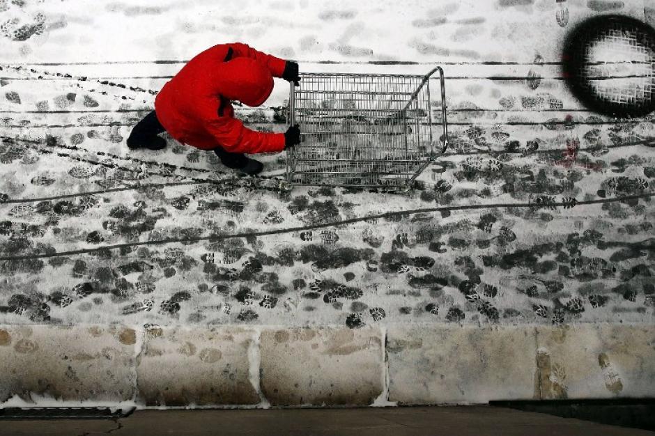 La tormenta hace que la población se prepare para las bajas temperaturas. (AFP)