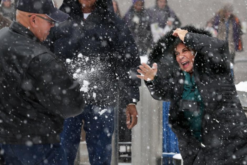 Algunos ciudadanos toman con humor la fuerte tormenta de nieve. (AFP)