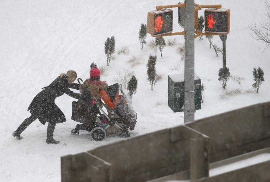 El Servicio Meteorológico de Estados Unidos advirtió que la tormenta con que se inicia el nuevo vórtice polar dejará entre 10 y 25 centímetros de nieve en lugares como Washington, Nueva York y Filadelfia, además de vientos y aire gélido de hasta -20 grados centígrados. (AFP)