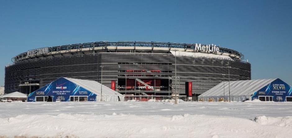El MetLife Stadium, que será sede del Super Bowl XLVIII el próximo mes, en East Rutherford, Nueva Jersey. En ella los Broncos de Denver y Seattle Seahawks se enfrentarán ante más de 80.000 aficionados, el 2 de febrero. Kits de bienvenida para clima frío se han producido para los fans, que incluirán las orejeras, sombreros, guantes, calentadores de mano y protector labial, entre otros artículos. Después de que una tormenta de nieve azotó la región de Nueva York a principios de esta semana, la NFL y las autoridades locales están haciendo todo posible para prepararse para una tormenta de nieve el día del partido. (AFP)