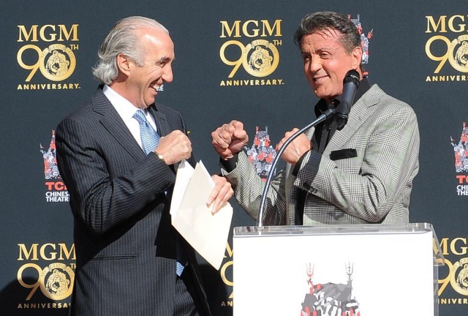 """Gary Barber y Sylvester Stallone haciendo el característico gesto de """"Rocky"""" durante la ceremonia. Foto AFP"""