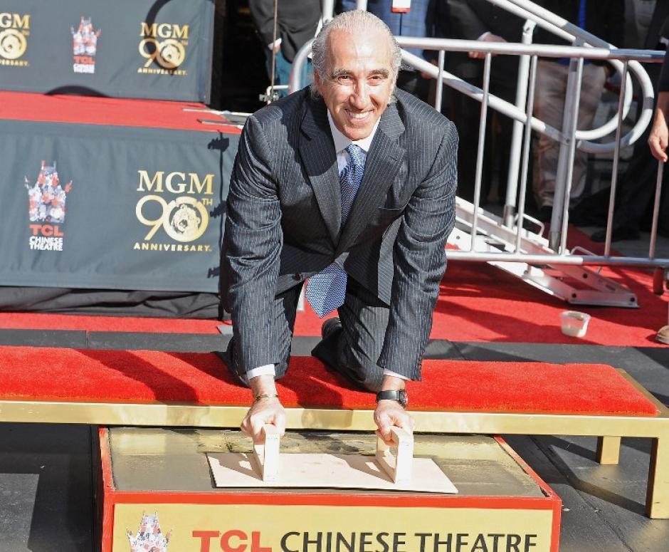 Barber colocando la insignia aniversario de los estudios MGM en la placa conmemorativa del Teatro Chino de Hollywood. Foto AFP