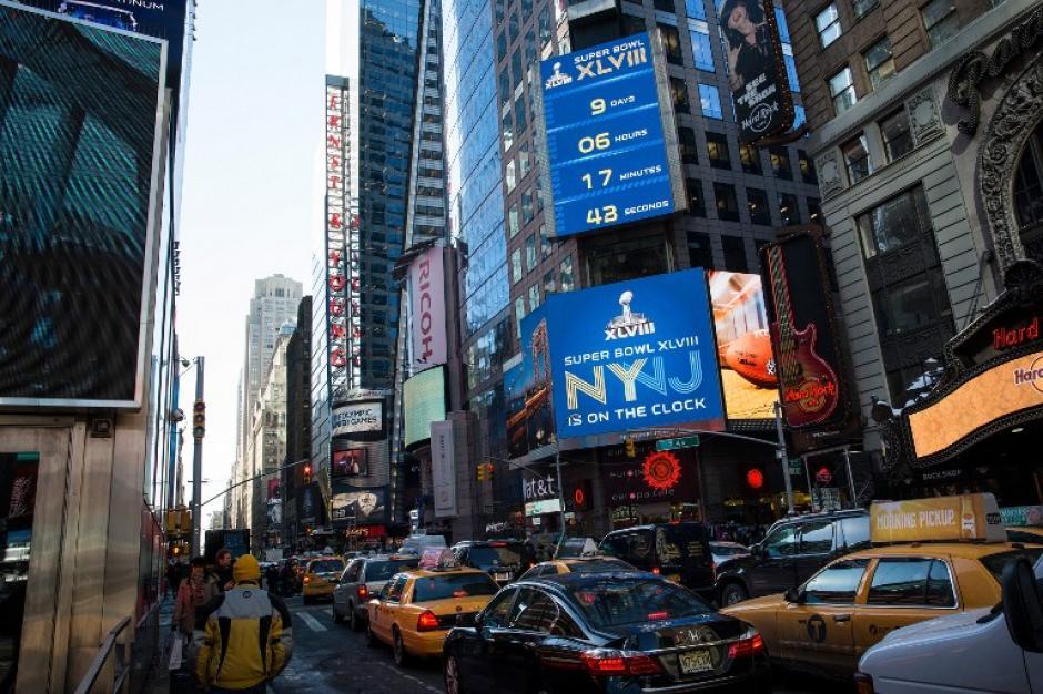 Un anuncio de Super Bowl XLVIII, que se jugará en East Rutherford, Nueva Jersey, en dos fines de semana, es visto por los conductores en Times Square, Nueva York. (AFP)