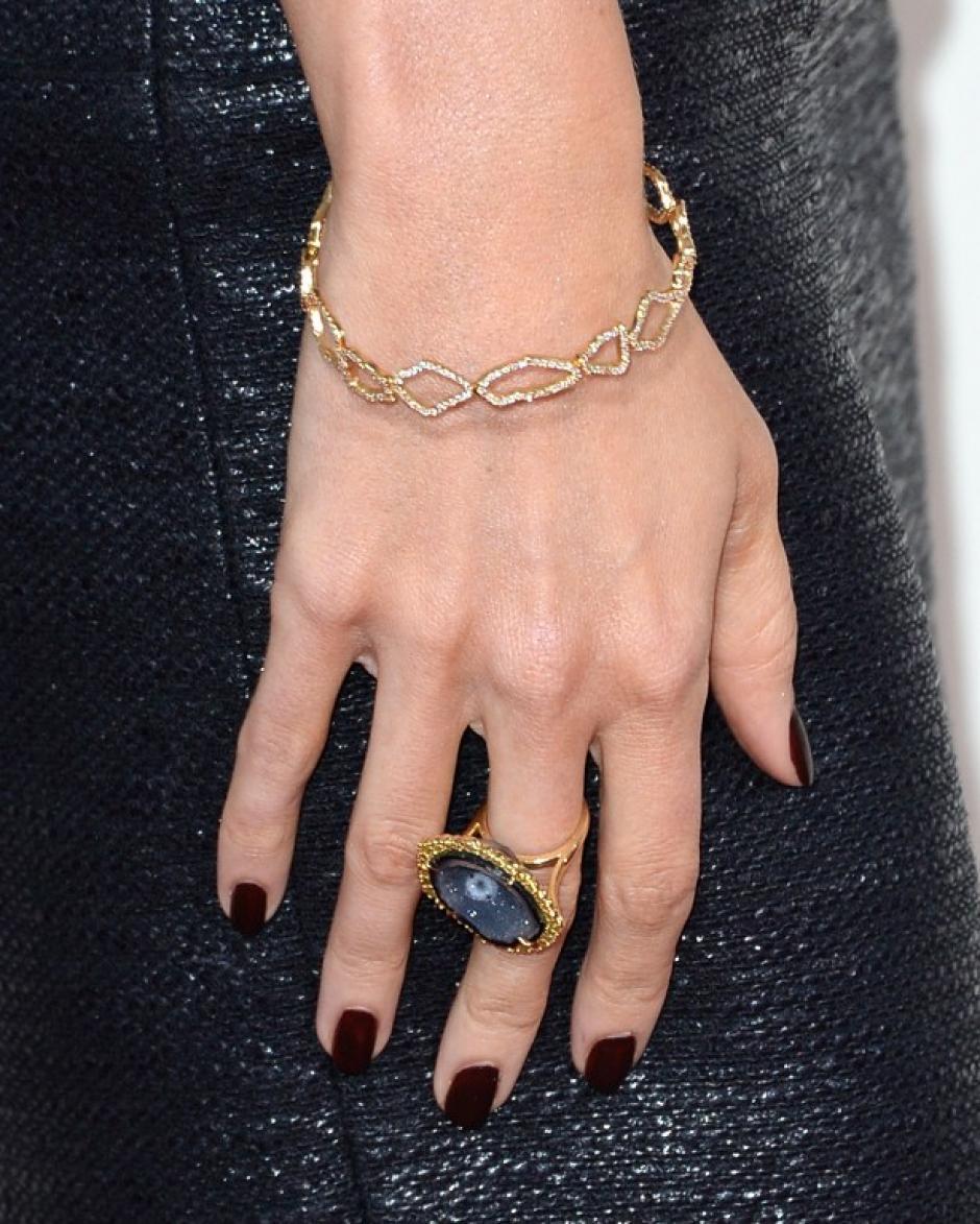 La personalidad de Louise Roe se muestra en cada detalle de su atuendo en los Premios Grammy celebrados en Los Ángeles, California. AFP