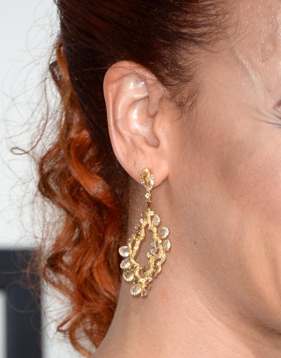 La cantante Faith Evans asiste a los Premios Grammy con estos espectaculares aretes dorados con pedrería. AFP