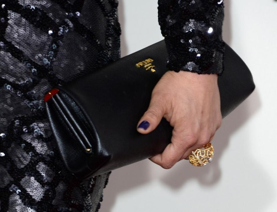 Faith Evans, con un detalle de su vestuario en los Premios Grammy que este año llegan a su 56 edición. AFP
