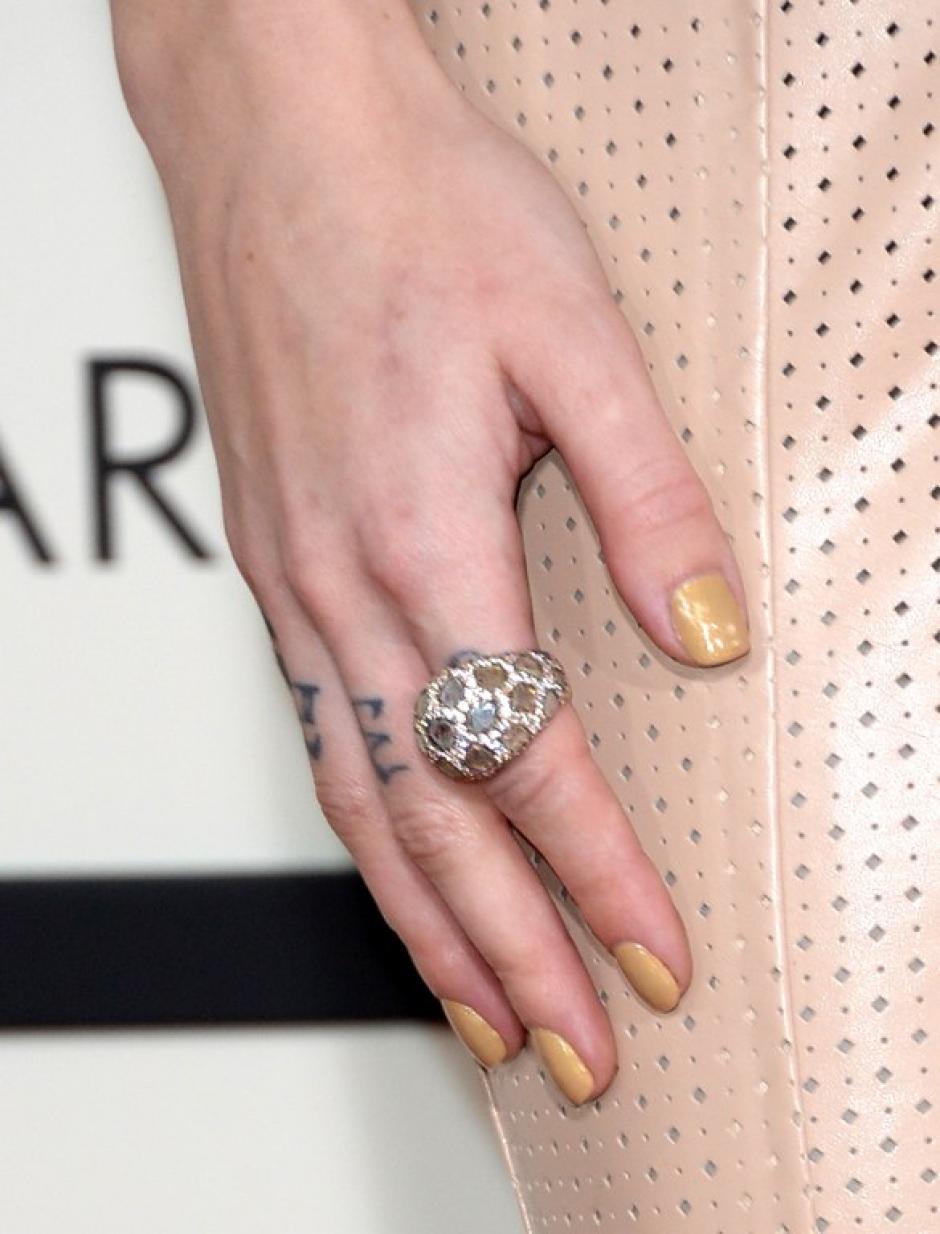 La cantante Skylar Grey y un detalle de su anillo al asistir a los Premios Grammy. AFP