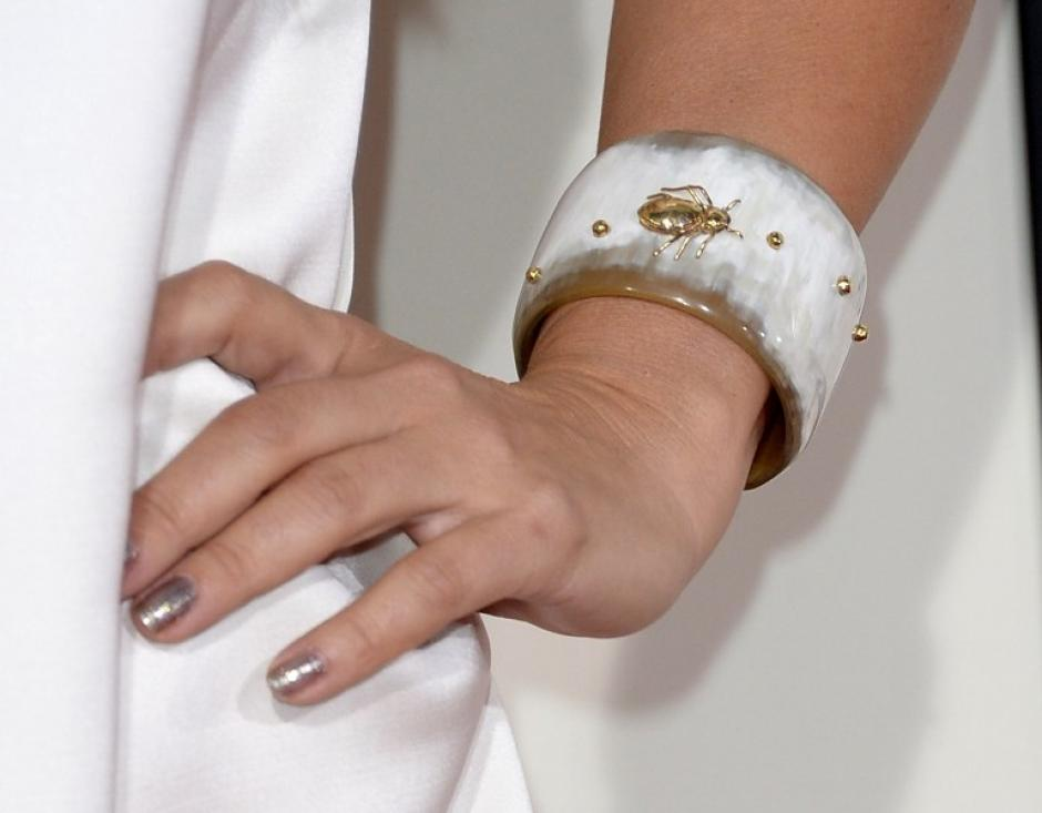 Emily Lazar asiste a los Premios Grammy con este brazalete con figuras de animales incrustadas. AFP