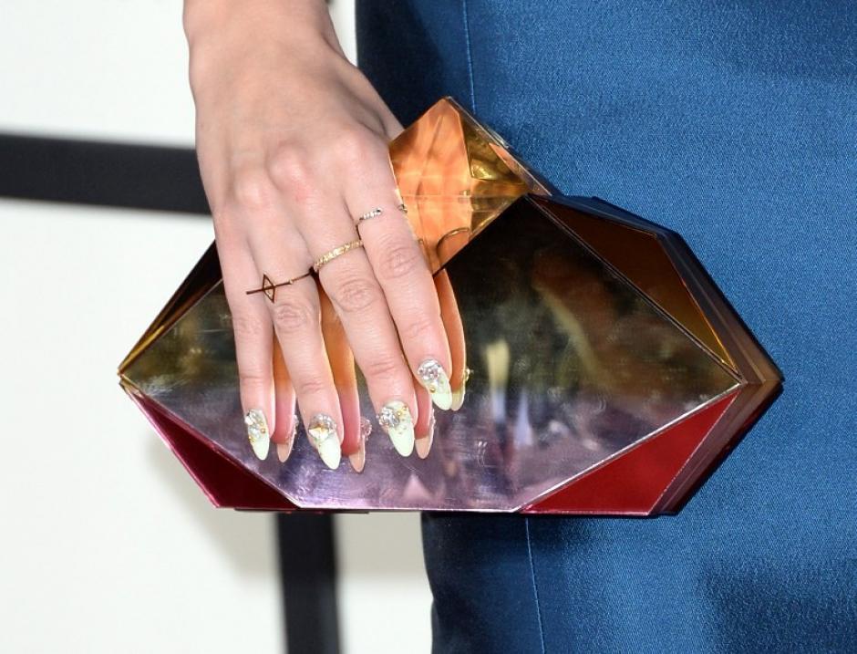 La cantante Bonnie McKee luce esta brillante cartera al ingresar a la gala de los Premios Grammy. AFP