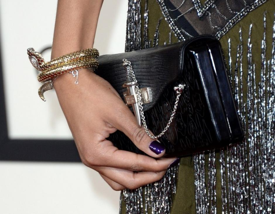 Alicia Quarles luce su cartera, con un original cierre en forma de espada. AFP