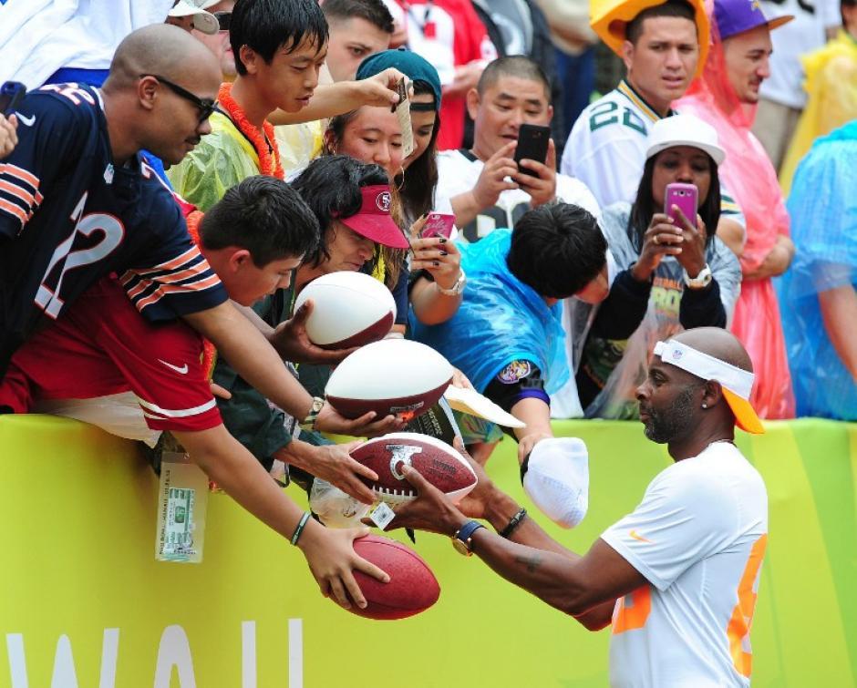 """Jerry Rice, capitán del """"Rice Team"""", el cual ganó el Pro Bowl con un marcador 22-21 sobre los el """"Sanders Team"""", firma autógrafos a los aficionados. (Foto: Scott Cunningham/AFP)"""