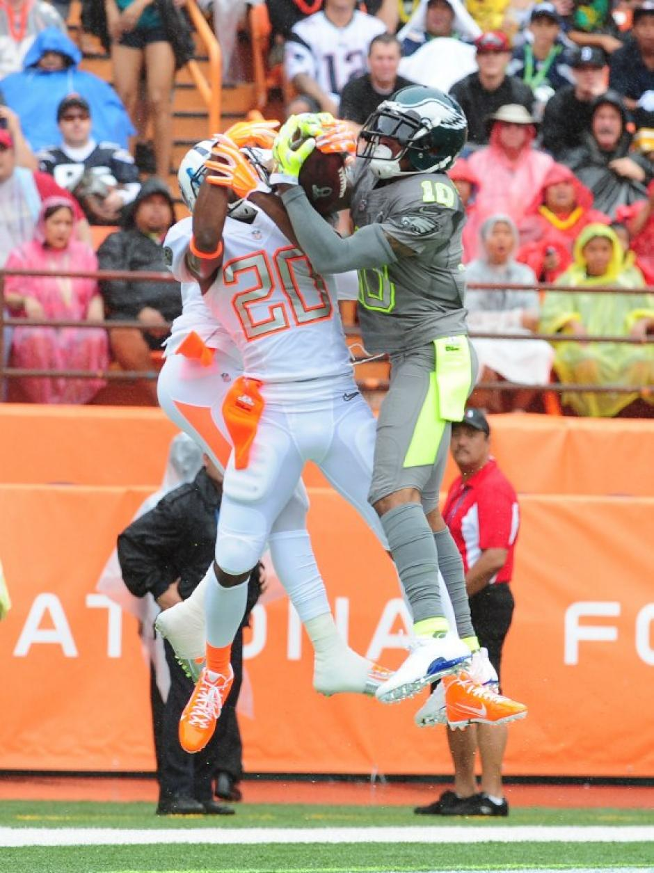 """DeSean Jackson de los Eagles de Philadelphia, quien jugó en el Pro Bowl para los Sanders, toma un balón para un """"touchdown"""" ante Brent Grimes, quien jugó para los Rice. (Foto: Scott Cunningham/AFP)"""
