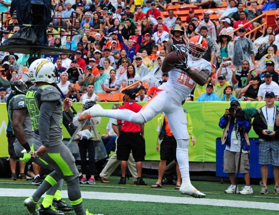 """Josh Gordon de los Browns de Cleveland y el equipo Rice atrapa el balón para anotar un """"touchdown"""" en contra de los Sanders. (Foto: Scott Cunningham/AFP)"""