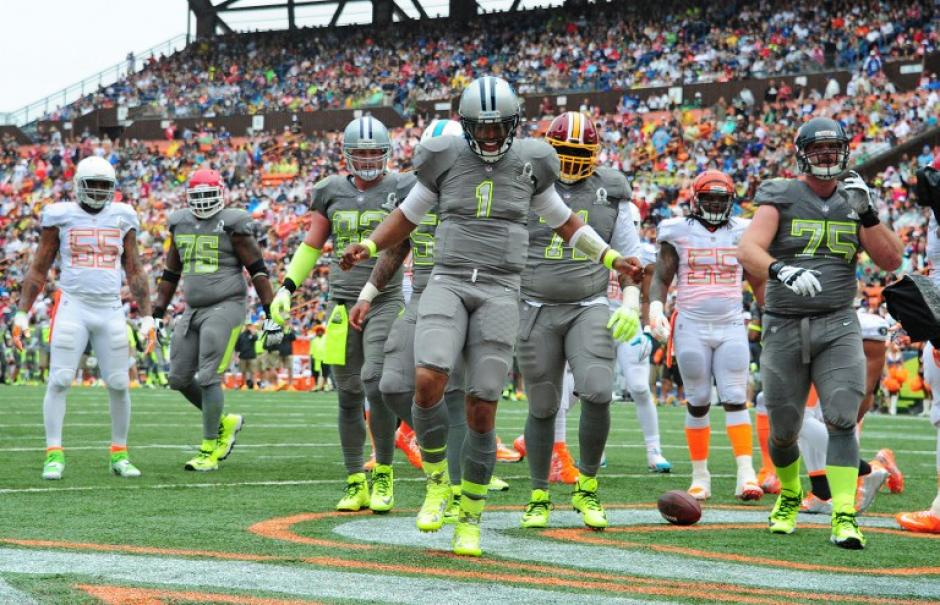 """Cam Newton de los Panthers de Carolina, quien en este encuentro jugó para los Sanders, celebra tras anotar un """"touchdown"""" ante los Rice. (Foto: Scott Cunningham/AFP)"""