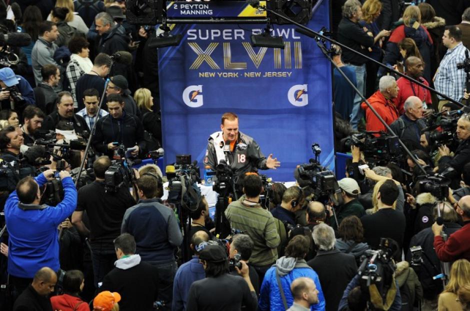 Payton Manning, el mariscal de campo de los Broncos de Denver, durante su presentación ante la prensa