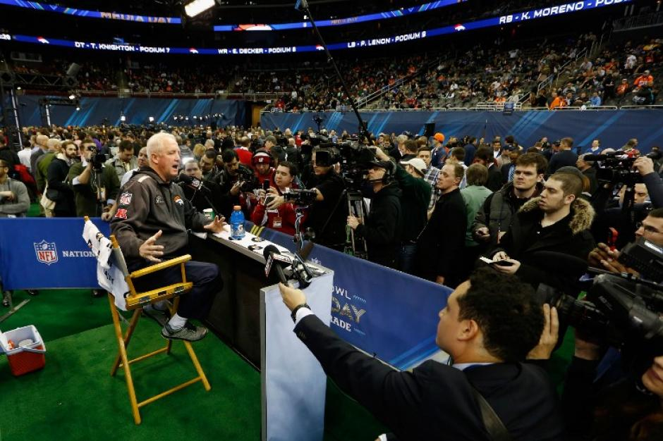 El entrenador de los Broncos, John Fox, fue entrevistado tras su llegada a Nueva Yersey