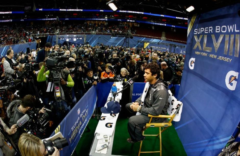 El mariscal de campo de los Seahawks de Seattle, Russel Wilson, habla con los medios en el Prudential Center en Newark. (Foto: Jeff Zelevansky/AFP)