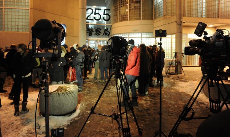 Las cadenas de televisión se apostaron sobre la comisaría a donde fue trasladado Bieber. Foto AFP