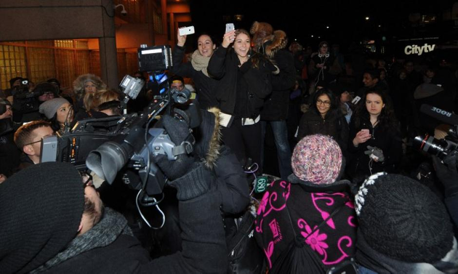 Las fans de Bieber no perdieron la oportunidad de tomar imágenes de su ídolo. Foto AFP