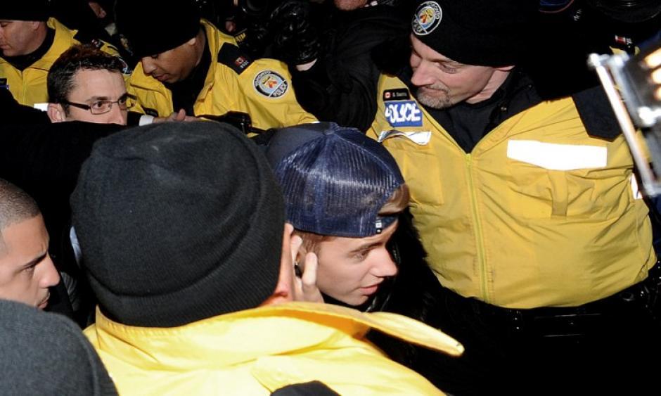 Tras unas dos horas en el interior de la comisaria, Bieber utilizó una puerta camuflada del edificio para evitar a los periodistas que esperaban en el exterior.Es la segunda vez en poco más de una semana que Bieber ha sido arrestado por la Policía. Foto AFP