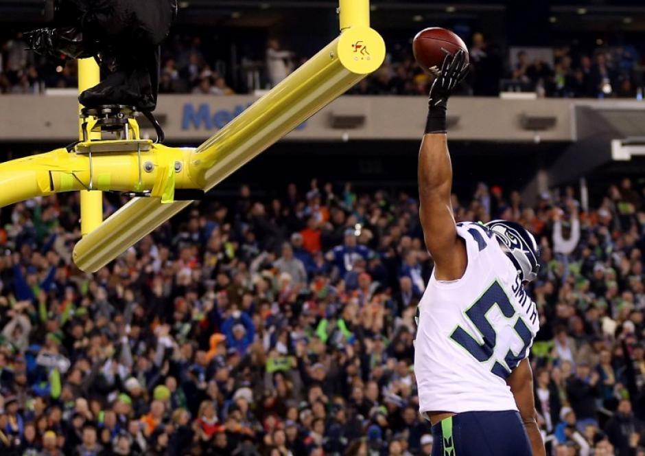 Malcolm Smith, de Seattle, se robó el show en el Supwr Bowl 2014. (AFP)