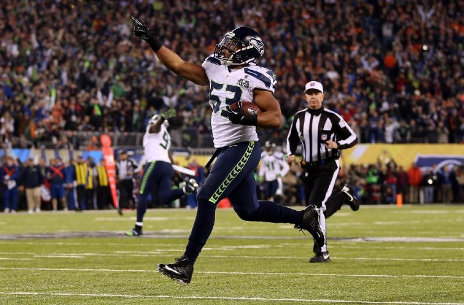 Malcolm Smith celebra la anotación en un dominio absoluto de los Sehawks. (Foto: AFP)