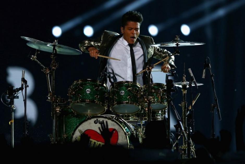 Bruno Mars lució espectacular en el medio tiempo del Super Bowl. (Foto: AFP)