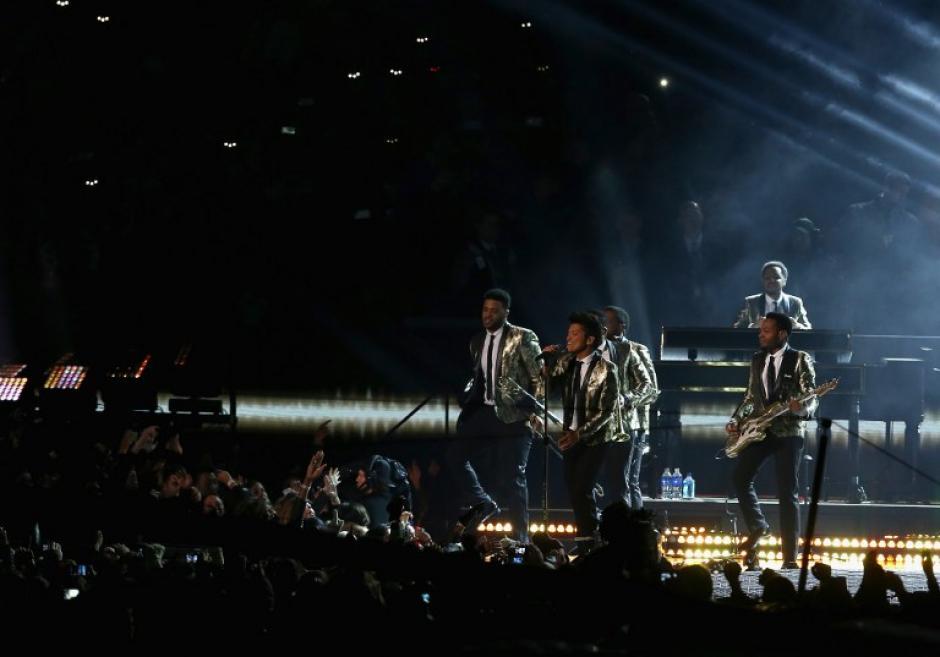 Bruno Mars interpretó sus mejores éxitos en el medio tiempo del Super Bowl.(Foto: AFP)