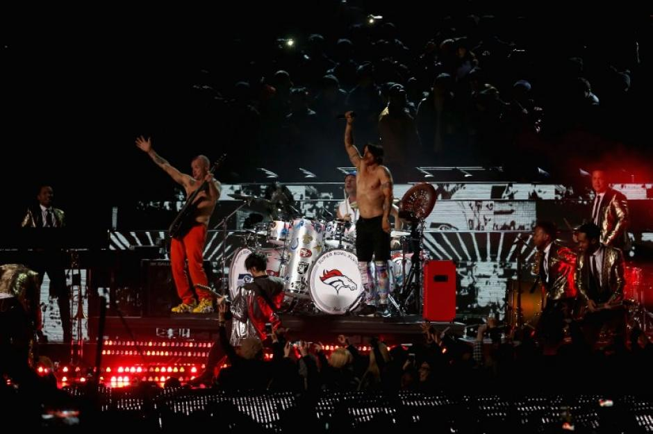 Bruno Mars y los Red Hot Chili Peppers en el medio tiempo del Super Bowl. (Foto: AFP)