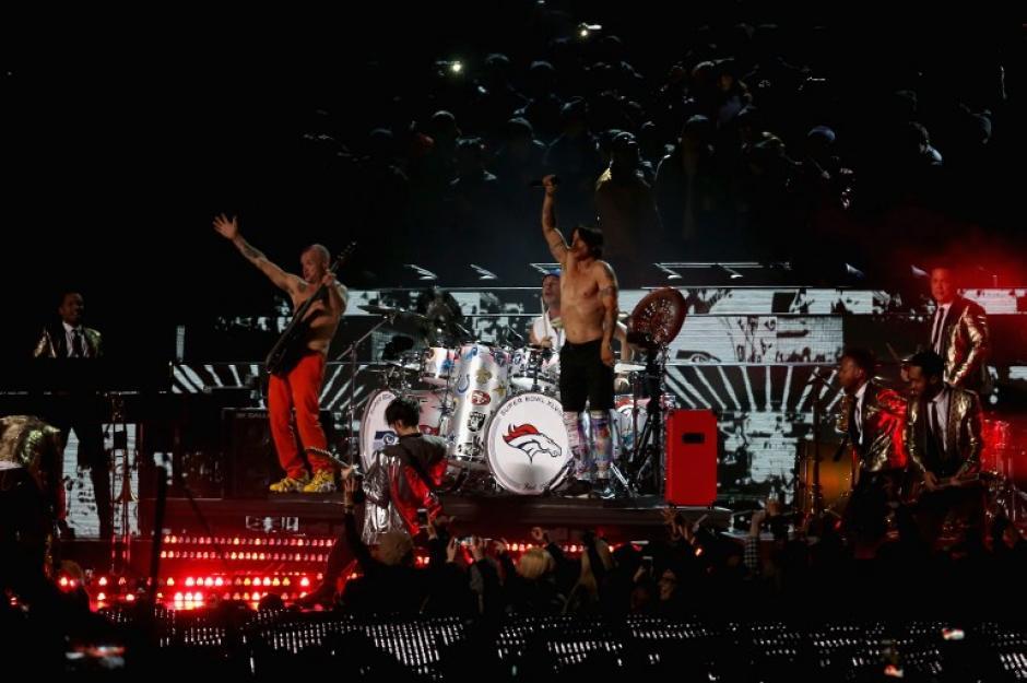 Bruno Mars y los Red Hot Chili Peppers en el medio tiempo del Super Bowl.(Foto: AFP)