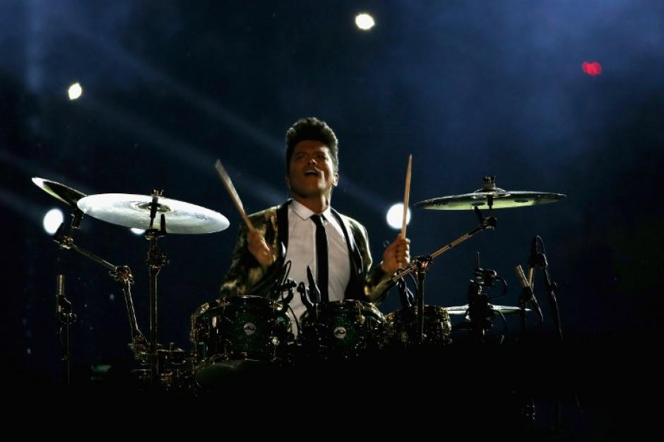El espectáculo arrancó con Bruno Mars sentado en una batería.(Foto: AFP)