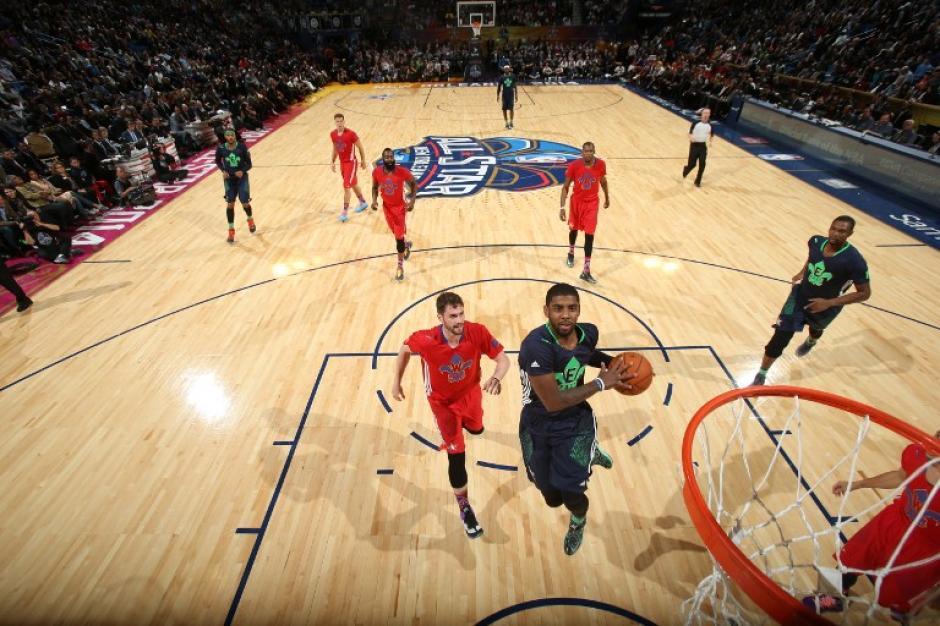Kyrie Irving de los Cavaliers de Cleveland fue la revelación en la victoria del Este sobre el Oeste 163 a 155 y fue nombrado el Jugador Más Valioso (MVP). (AFP)