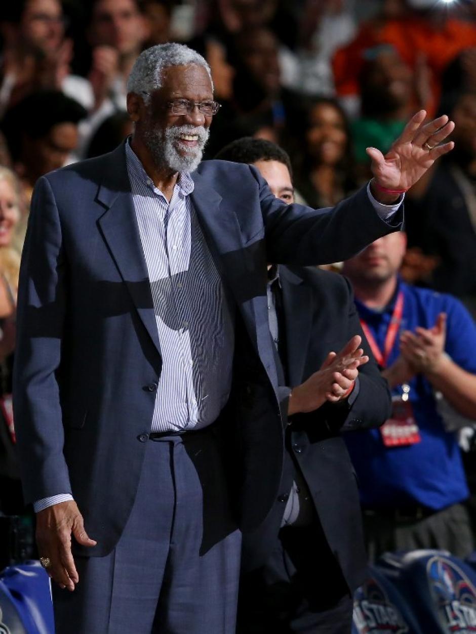 """Bill Russell el """"señor de los anillos"""" con 11 títulos de la NBA con los Celtics de Boston fue homenajeado por los jugadores titulares. (AFP)"""