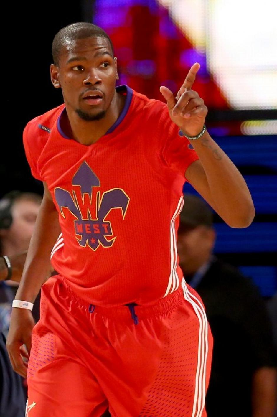 Kevin Durant del Thunder incendió la cancha con su talento y energía, aportando 30 puntos al Este, sin embargo perdieron. (AFP)