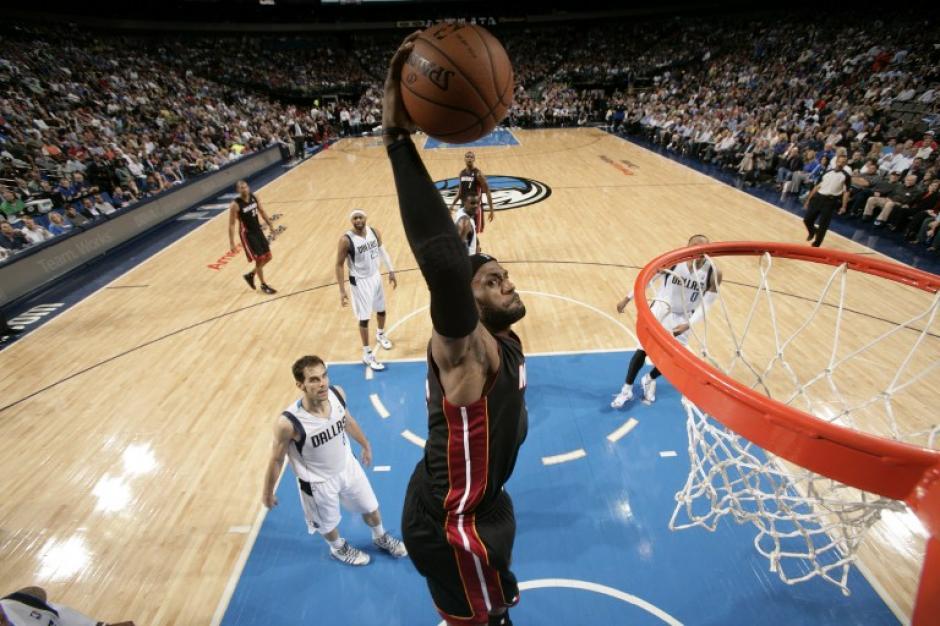 El alero LeBron Raymone James mide 2.03 metros de estatura y ha sido elegido 4 veces como el MVP de la liga