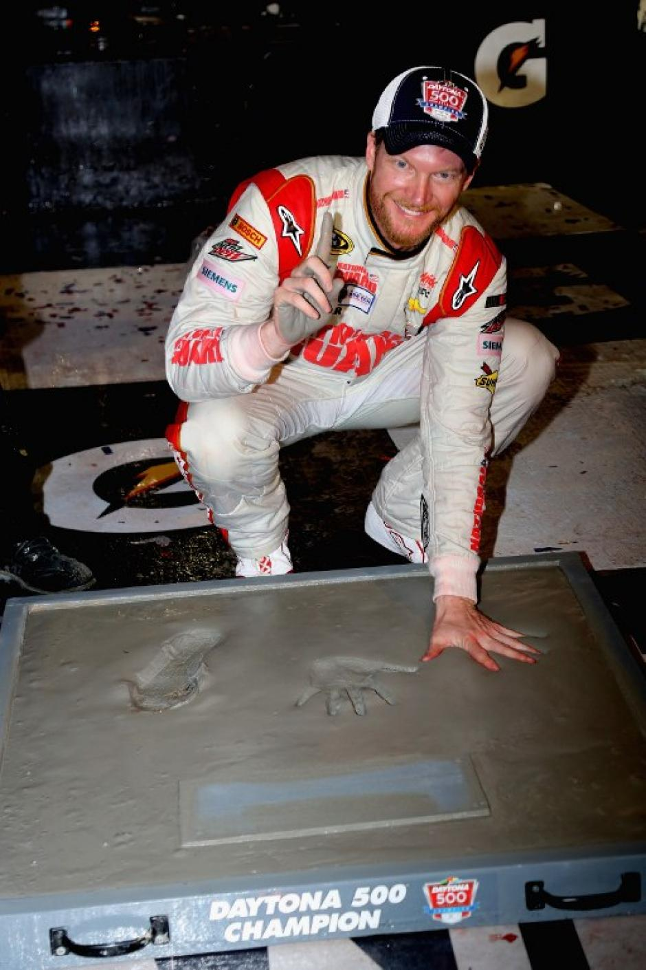 Earnhardt Jr. gana la Daytona 500 en el 2014, por lo que estampa sus huellas en la mítica pista que alberga la carrera. (Foto:AFP)
