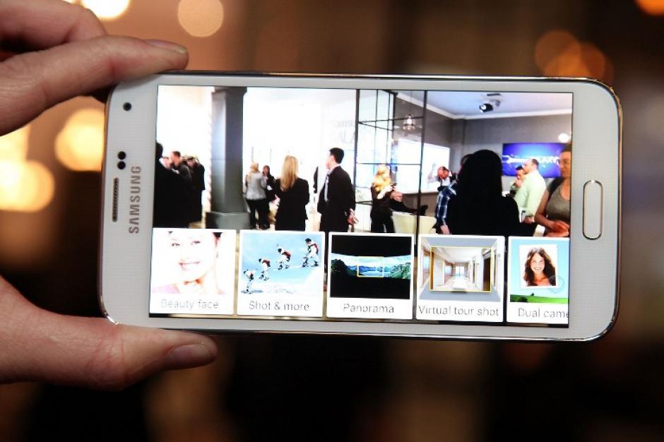 El Samsung Galaxy S5 fue la estrella del evento. Resistente a polvo y agua, una cámara de 16 megapíxeles, escáner para huella digital, herramientas de medición y mayor velocidad en descargas. (Foto: AFP)