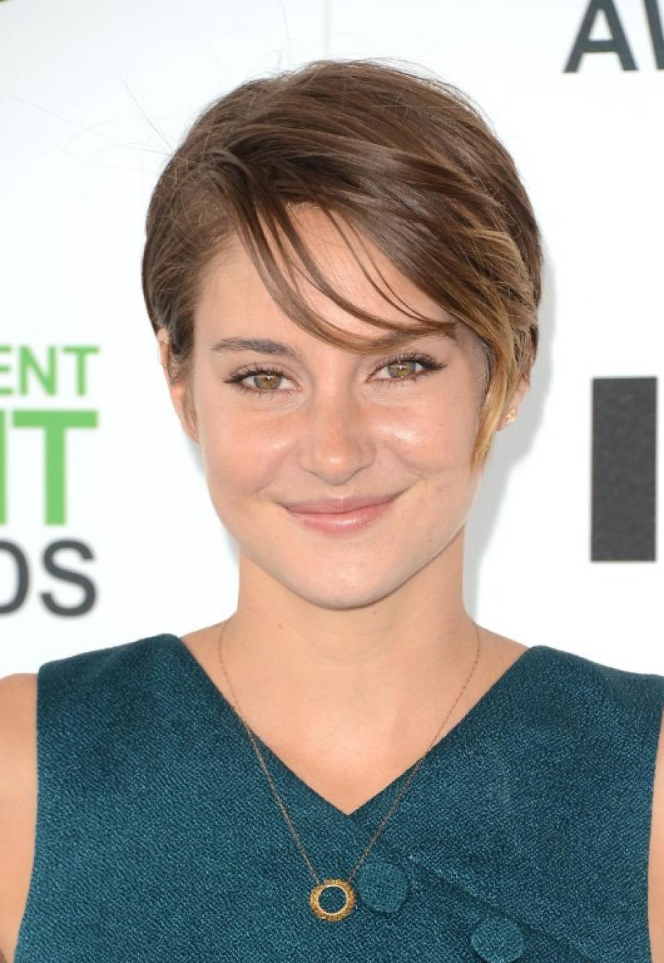 """Shailene Woodley de 22 años fue nominada a la categoría """"Mejor actriz"""". Un estilo y accesorios muy acordes a su edad. (Foto: AFP)"""