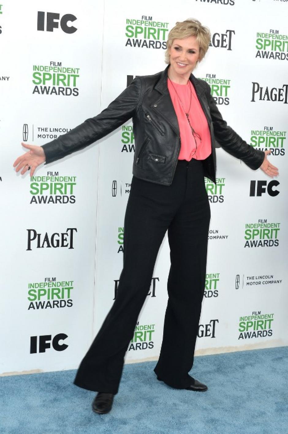 Jane Lynch optó por los pantalones. Las críticas no se hicieron esperar y la prensa especializada la señala como una de las peores vestidas de la ceremonia que en cierta manera es bastante relajada y flexible en modas. (Foto: AFP)